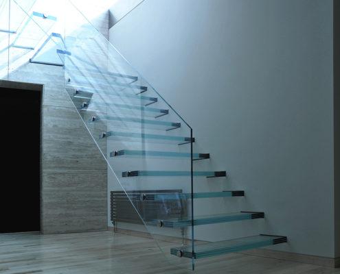 хай-тек лестница со стеклянным ограждением