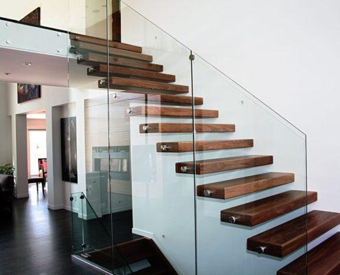 стеклянное ограждение для деревянной лестницы