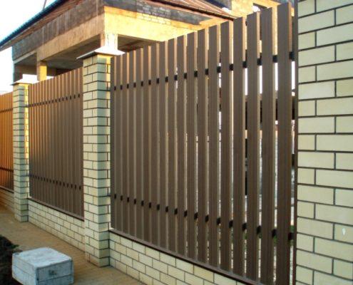 деревянный забор на кирпичной основе
