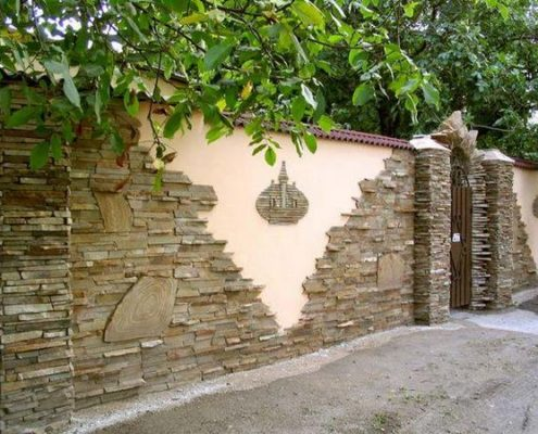забор из кускового камня