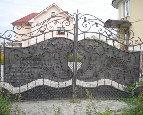 кованные ворота с щитом