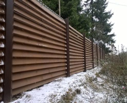 забор из дерева с металлическими колоннами