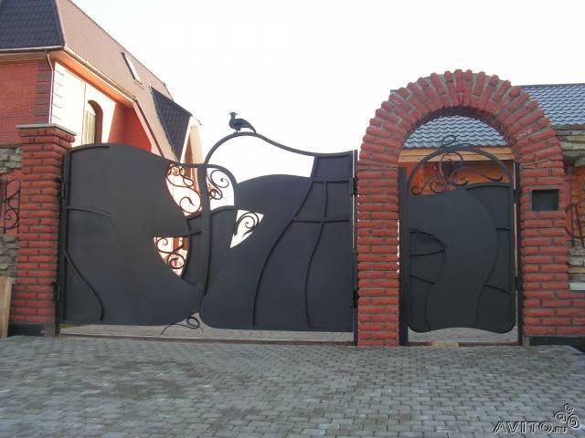 кованые ворота под кирпичный забор