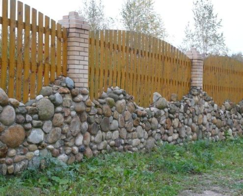 установка каменного забора