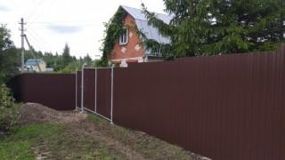 забор с дверью коричневый