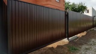 черный забор в разную высоту