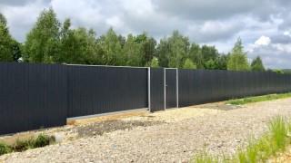 забор черный с белыми дверьми