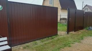 забор с откатными воротами на дачу