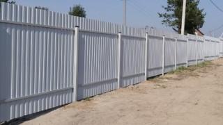 серый забор на винтовых сваях