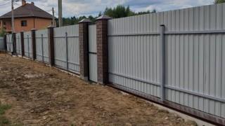 серый забор на кирпичном основании на дачу
