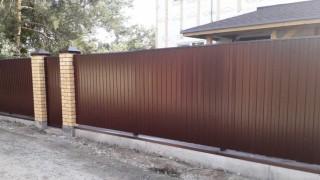 забор с кирпичными колоннами на сваях