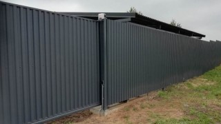 серый забор из металлопрофиля