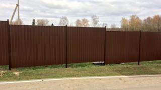 забор ореховый с металлическими столбами