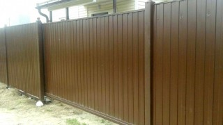 забор коричневый с откатными воротами