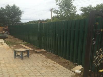 зеленый забор из евроштакетника