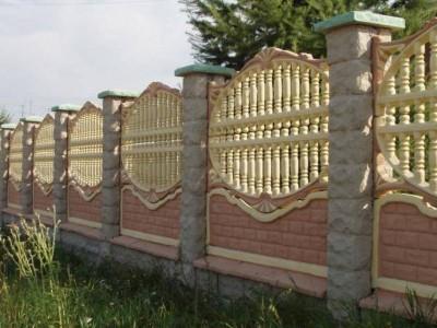 бетонный забор покрашенный и выгравированный