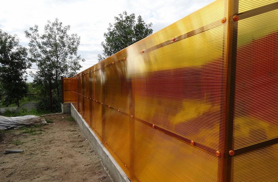 забор из поликарбоната оранжевый