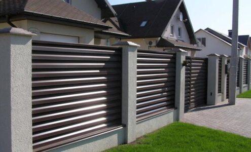 забор жалюзи на бетонном основании