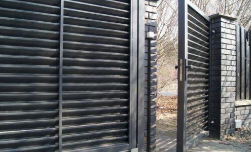 забор жалюзи с калиткой