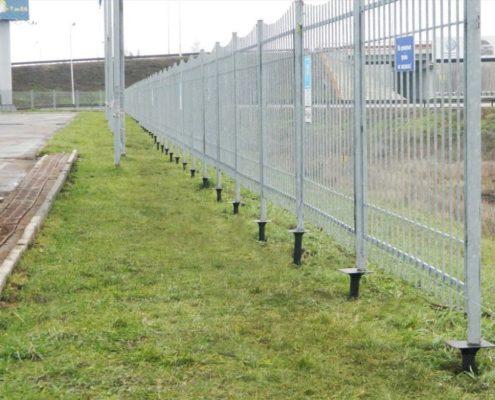 металлический забор на винтовых сваях